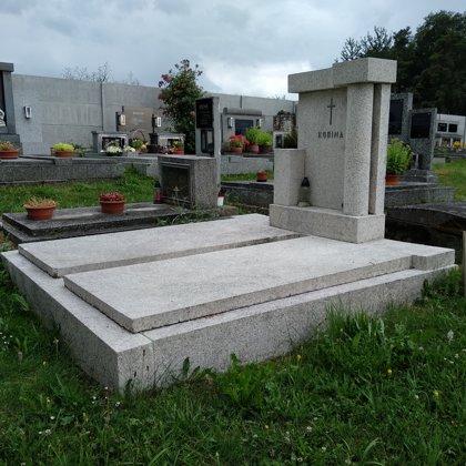 Pomník č. 1 - pomník po kompletním umytí tlakovou vodou.