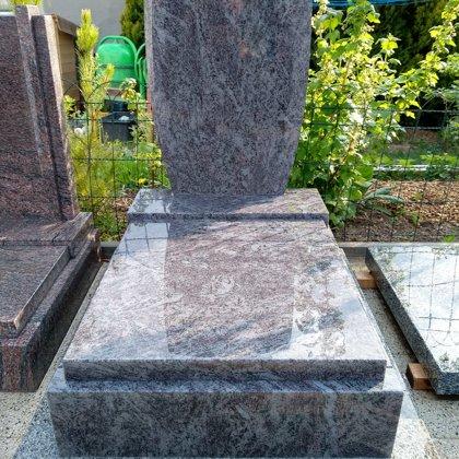 Luxusní urnový pomník, materiál Orion, velikost 70x100, výška rámů 18 cm.